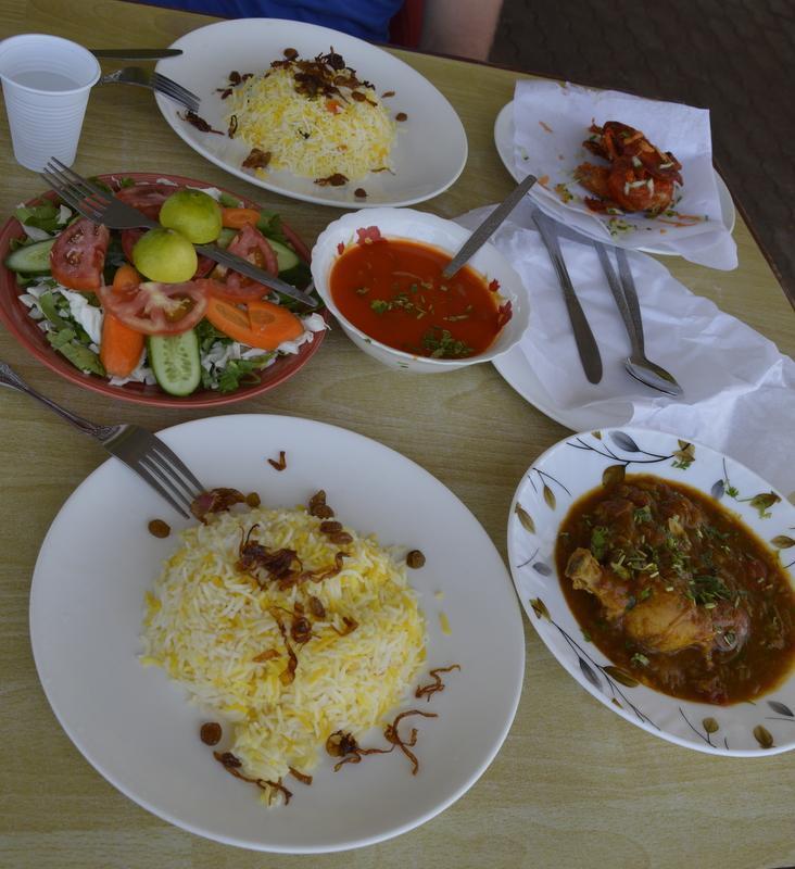 Najino kosilo - riž z rozinami in praženo suho čebulo, piščanec v kari omaki in solata.