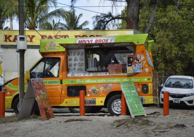 Tovornjački na plaži s hitro prehrano