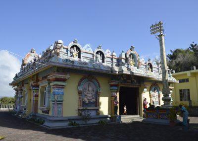 Ob poti je bilo polno templjev