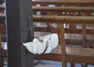V cerkvi je blagoslovljena voda kar v školjki